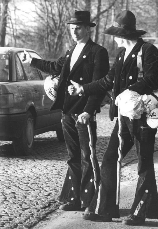 Bundesarchiv_Bild_183-1990-1210-001,_Erfurt,_Zimmermänner_auf_der_Walz.jpg